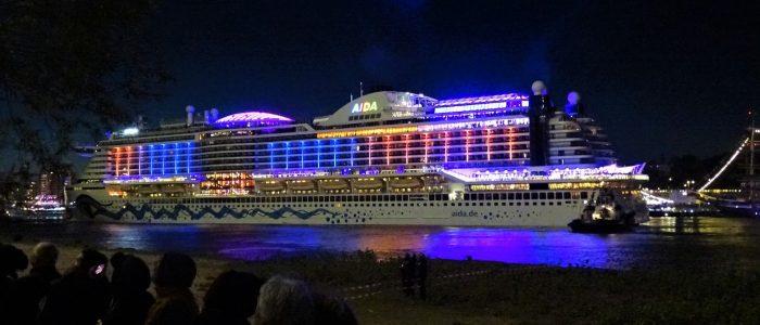 AIDAperla auf dem Hamburger Hafengeburtstag